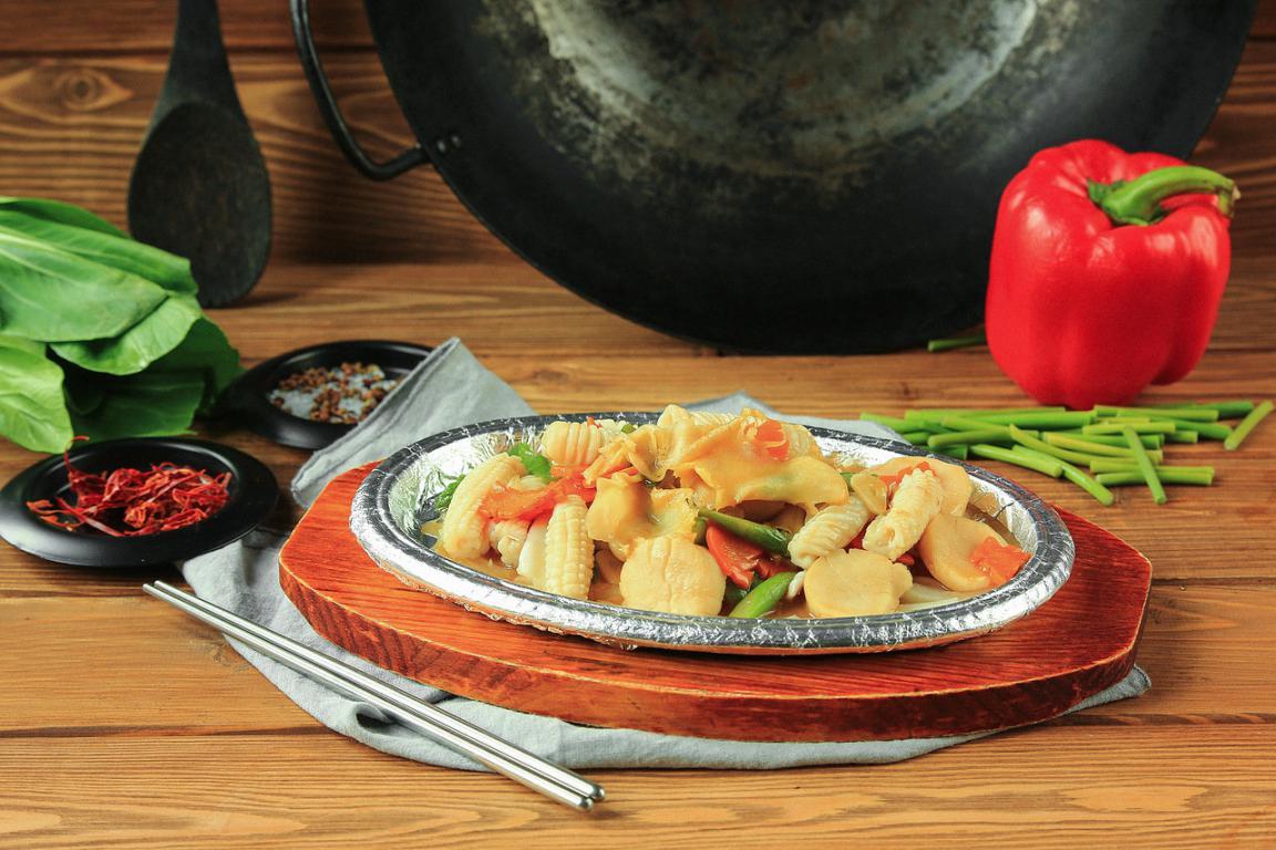 Блюда, подающиеся на раскаленной сковороде.
